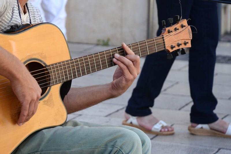 jak zaczac gre na gitarze
